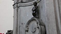 Brussels Manneken Pis broze statue Stock Footage