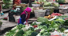 4k large outdoor vegetable & fruits trade market in Shangri-La,china. Stock Footage