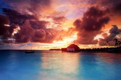 Sunset over maldives islands Kuvituskuvat
