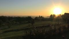 Sale el sol en el campo. Daybreak, countryside, sunrising Stock Footage
