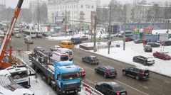 Cars at a crossroads on Schelkovskoe highway during snowfall. Stock Footage
