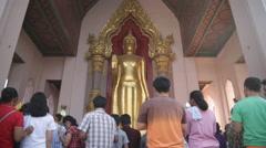 Golden Buddha crowded pray worship Stock Footage