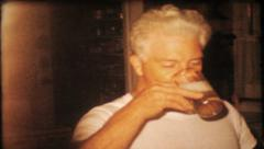 1683 - mom & dad drinking beer at home - vintage film home movie Stock Footage
