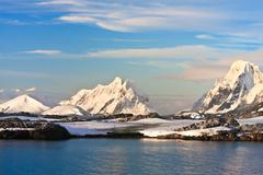 Beautiful snow-capped mountains Kuvituskuvat