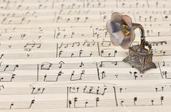Gramophone on old sheet music Kuvituskuvat