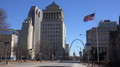 An establishing shot of downtown St. Louis, Missouri with the Gateway Arch in Arkistovideo
