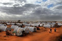 DADAAB, SOMALIA-AUGUST 07: Unidentified men, women & children wa Stock Photos