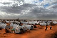 DADAAB, SOMALIA-AUGUST 07: Unidentified men, women & children wa Stock Photos