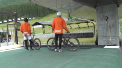 Hemsedal, men put mountain bikes on ski-lift Stock Footage
