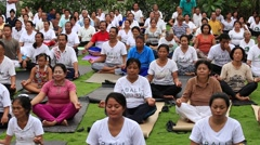 Video 1920x1080 Balinese group men and women practice yoga in Ubud, Indonesia Stock Footage