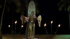 Duke kahanamoku statue at night Stock Footage