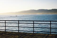Fence on the Santa Monica Pier and view of mountains and the Pacific Ocean, i Kuvituskuvat