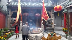 Shenzhen, China: worship in the temple to burn incense Stock Footage