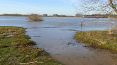 River flooding tide to high tide Stock Footage