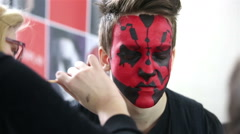 Star Wars Cosplay show. Make-up artist and a man in the image of Dart Maul. Arkistovideo
