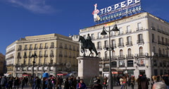 Sunny day madrid crowded square puerta del sol monument 4k spain Stock Footage