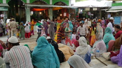 India, Muslims have gathered in an important shrine in Ajmer Stock Footage