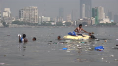 India, Mumbai, vendors collect items from the sea, thrown in by a large wave Arkistovideo