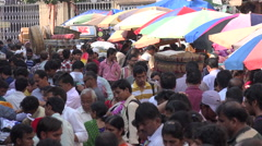 India, crowded market in Mumbai, people shopping in busy street Stock Footage