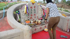 Thai woman praying graveyard of Ancestor Worshipping  in the Qingming Festival Stock Footage