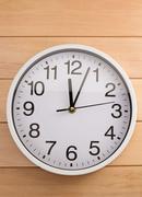 Wall clock on wood Kuvituskuvat