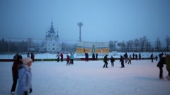 People rest on skating rink in evening in Samara Stock Footage