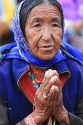 LEH, INDIA-MAY, 2012 - An unidentified tibetan old woman praying in a meeting Stock Photos