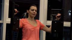 Woman cwiczy machine arms chest push gym night v2 K HD Stock Footage