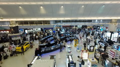Crowds at duty free in Hamad International Airport. Stock Footage
