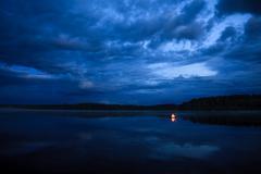 Campfire on the lake Kuvituskuvat