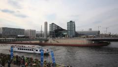Berlin Hauptbahnhof - Spree, Boot , Pressestrand - stock footage