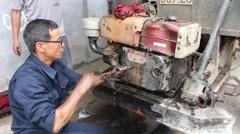 A mechanic repairing motor cars oto Stock Footage