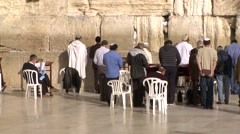 Jews pray at the wailing wall Stock Footage