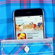 IPhone 6 displaying Clash of clans game app. Kuvituskuvat