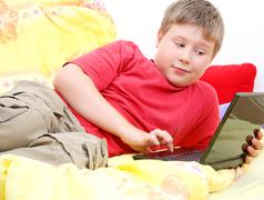 Kind surft im WWW - stock photo