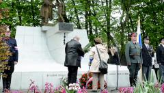 Commemorate the victims of World War II at the cemetery - old senior couple Stock Footage