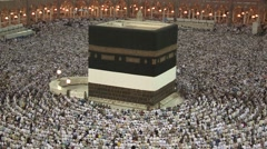 Kaaba Mecca Hajj Muslim people crowd praying Stock Footage