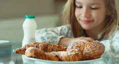 Girl wants to eating a muffin. The child rubing hands. Rub ones hands Stock Footage