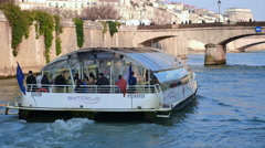 Boat tour on the Seine in Paris around the iIe de la Cité Stock Footage
