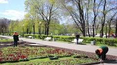 People walk through the garden square on Bolotnaya Square Stock Footage