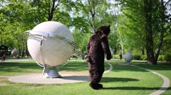 Actor dressed in bear suit performs moonwalk on lawn Arkistovideo