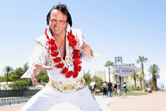Elvis impersonator dancing by Las Vegas sign Kuvituskuvat