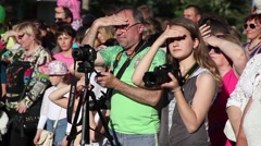 Festival of amateur photographers, crowd of people. Squinting in the bright sun Stock Footage
