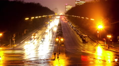 Traffic pass by in front or the Victory Column in Berlin at night Stock Footage