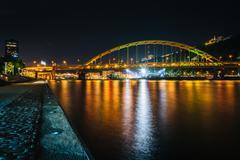 Fort Pitt Bridge at night, seen from Point State Park, in Pittsburgh, Pennsyl Kuvituskuvat