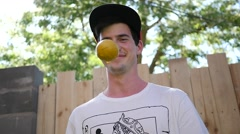 Young man juggling balls - he entertains and amuses kids Arkistovideo