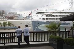 MV Silver Cloud cruise ship alongside HMS Belfast River Thames London UK Stock Photos
