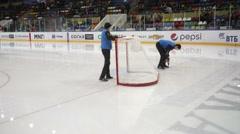 Men mount hockey gate Stock Footage
