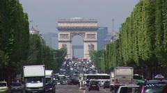 Les Champs Elysées heading towards Arc de Triomphe Stock Footage