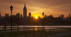 A couple jogging a Hoboken pier at sunrise with Manhattan in the Background Arkistovideo
